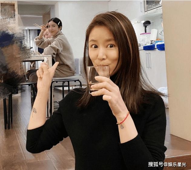 林心如和她的女友共进早餐,她很漂亮,没有化妆她以45岁的自然状态而受到赞誉