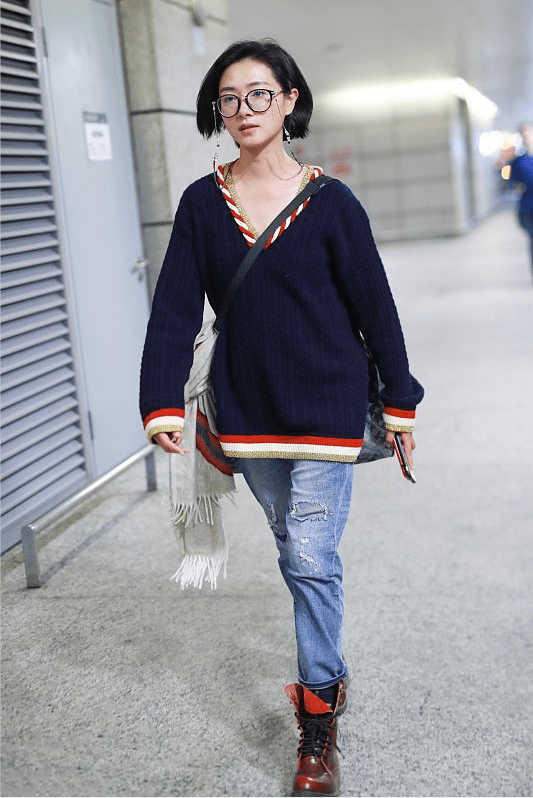 年纪奔四的万茜挺会穿, 穿深色针织衫挺好看,版型大一码更随性