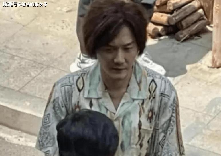 暴瘦后的冯绍峰,加上那个乱糟糟的发型,不知道的会以为他是迟帅
