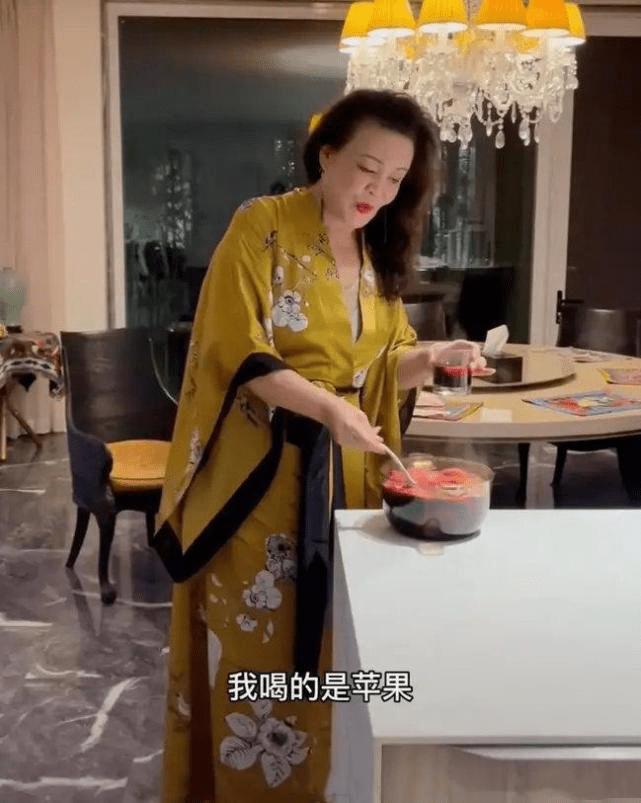 原创             大s婆婆张兰走秀,穿深v西装上衣辣眼睛,性感不输儿媳妇!