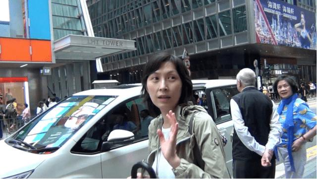 原创             53岁的郭蔼明真会穿,白色T恤配绿色宽连帽外套亮相,减龄又洋气