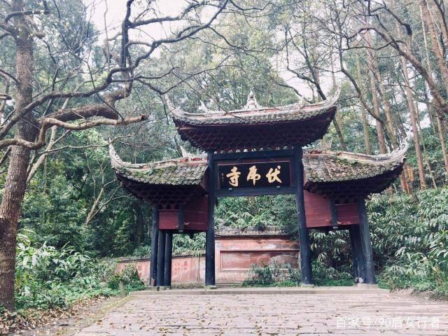 四川这座寺院居深山密林之中,屋顶却终年无落叶堆积,堪称神奇