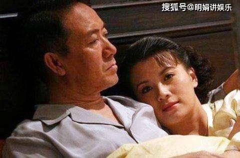 拍完戏后和妻子离婚,李云龙拍戏时假戏真做,娶了小13岁的她  第4张