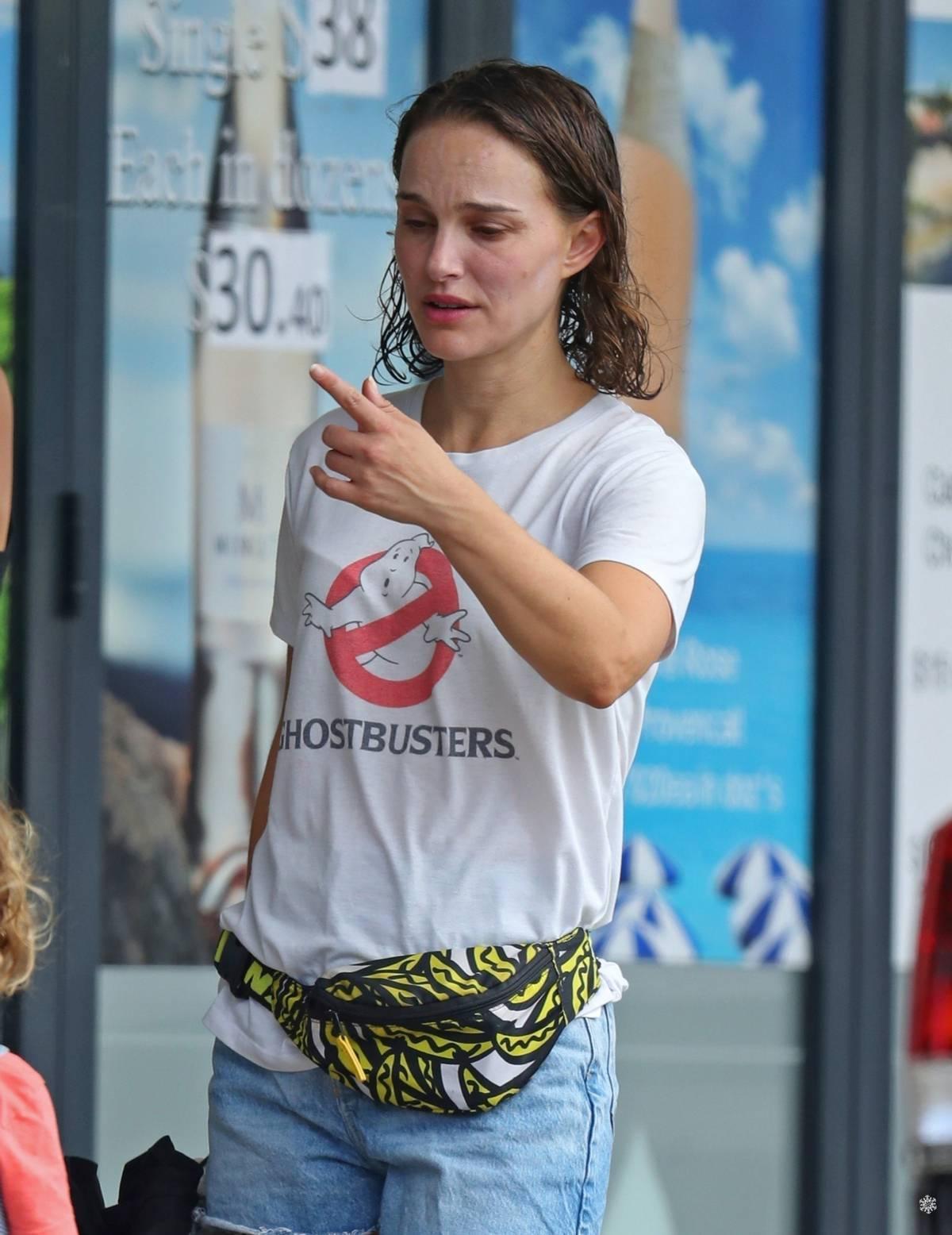 娜塔莉波特曼湿头逛街,穿着太朴素了,网友:好接地气的影后