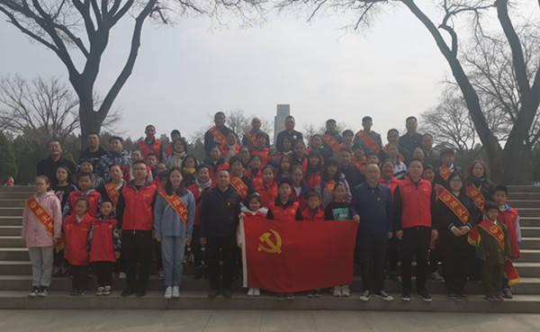 太原市烛光志愿服务中心党支部组织60余人为革命先烈扫墓