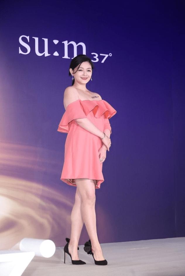 原创             大S胖了也挺好看,穿粉色荷叶边裙子甜美优雅,小肚腩突起也不丑