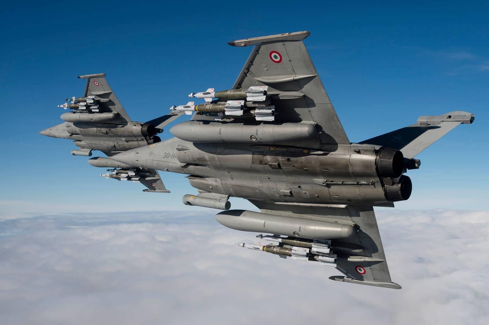 F-16砸向停机坪爆炸 10架战机直接被摧毁:60名军人当场被炸飞