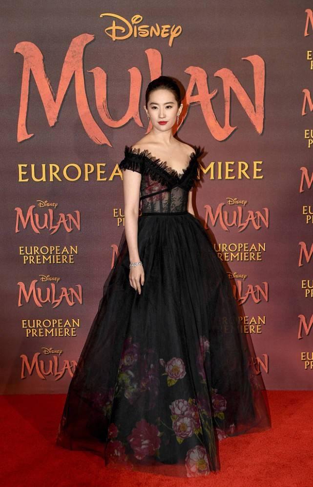 刘亦菲衣服穿得好紧,轻薄蕾丝裙显出S曲线,有点肉感魅力更强