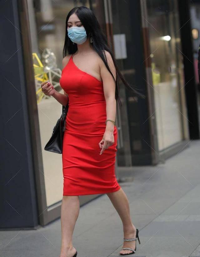 激情红色的连衣裙更有力量,斜肩设计独特。