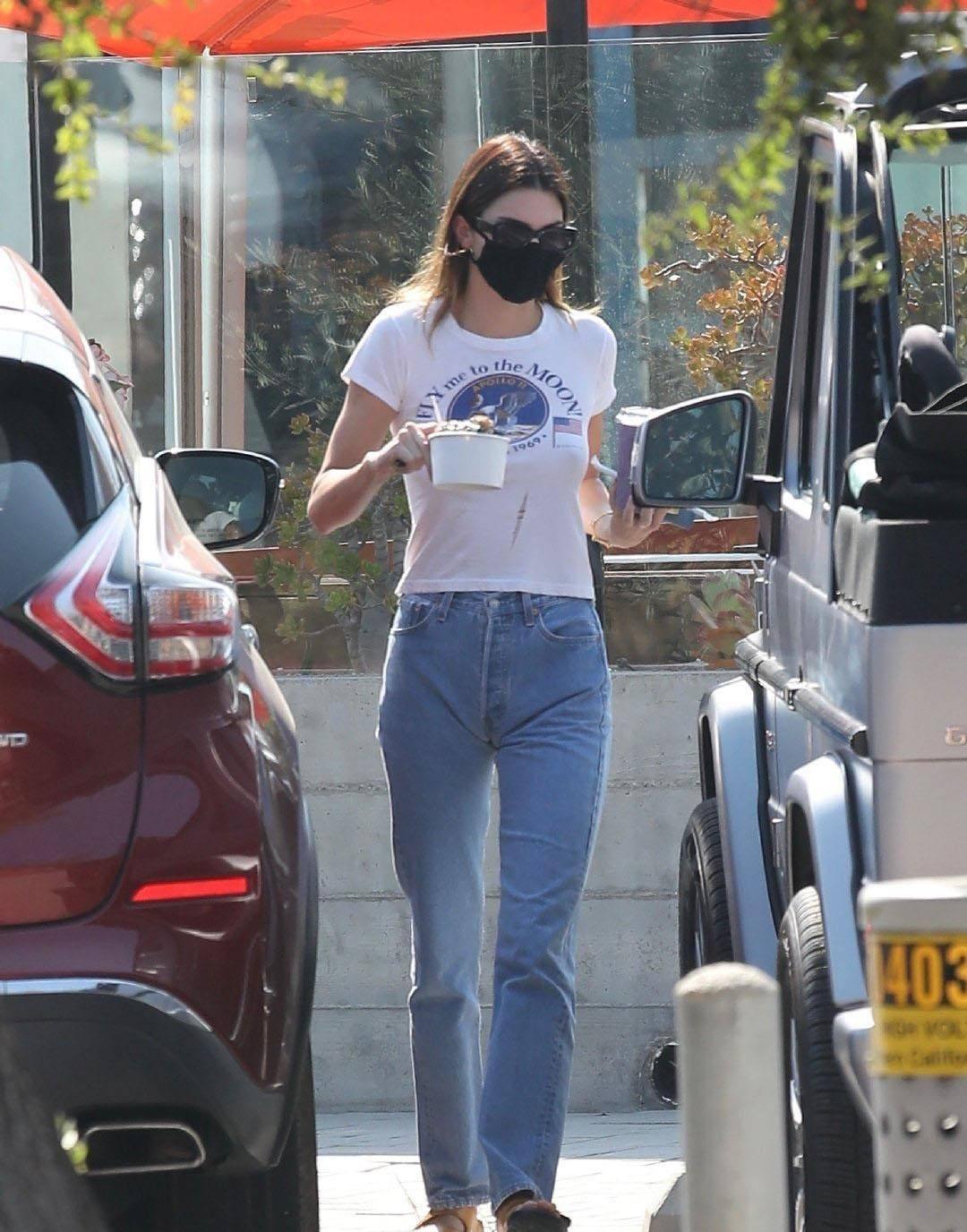 肯达尔·詹娜穿白T恤搭牛仔裤清新迷人,和Fai一起旅游,太浪漫了