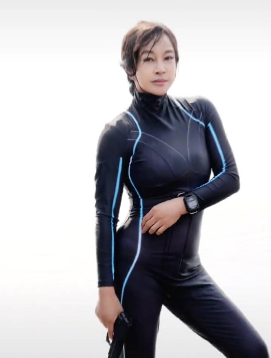 刘晓庆晒泳装训练照,65岁身材傲人似少女,近日回乡挑墓地引围观