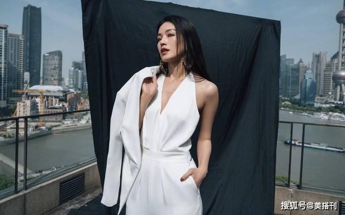 原创             舒淇一身白色西服出席活动,变身霸气女总裁,纯色LOOK穿出高级感