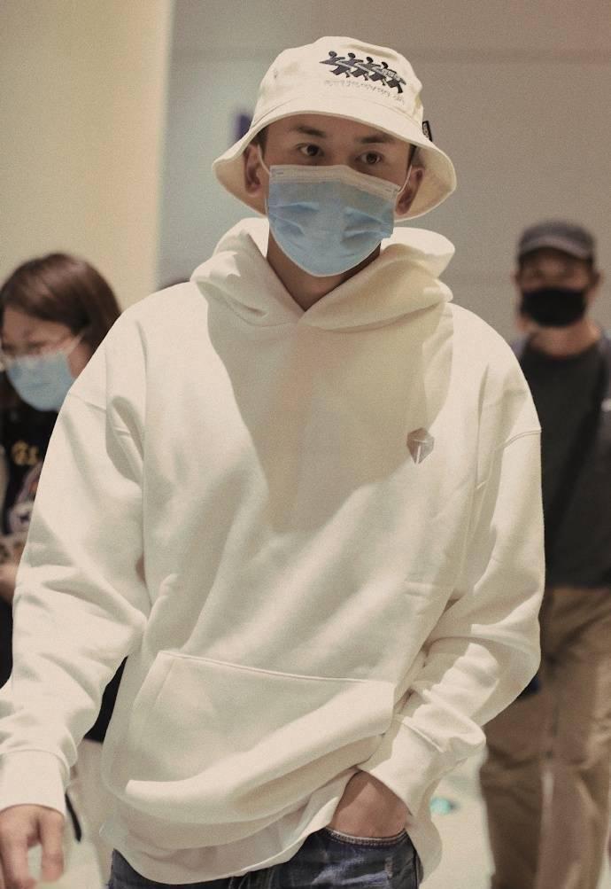 张哲瀚抵达上海机场,吐槽粉丝:这种体力还追星?谁能和你比体力
