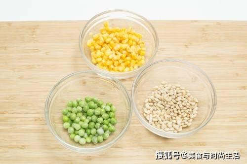 黄色的玉米、绿色的豌豆、橙色的胡萝卜让粥丰富多彩,养眼又美味