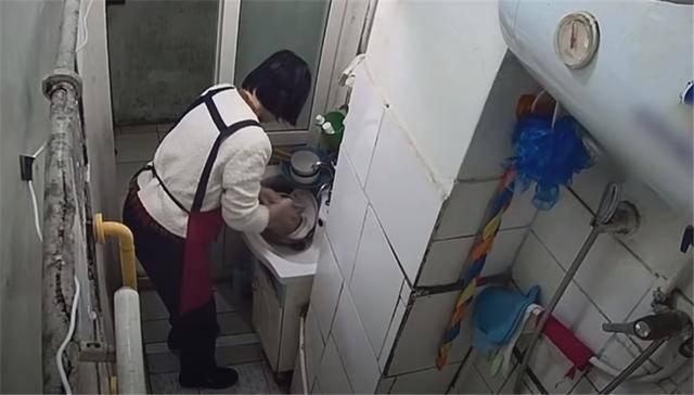 一家四口蜗居北京35㎡半地下房,终日无光,洗菜做饭全在卫生间?  第12张