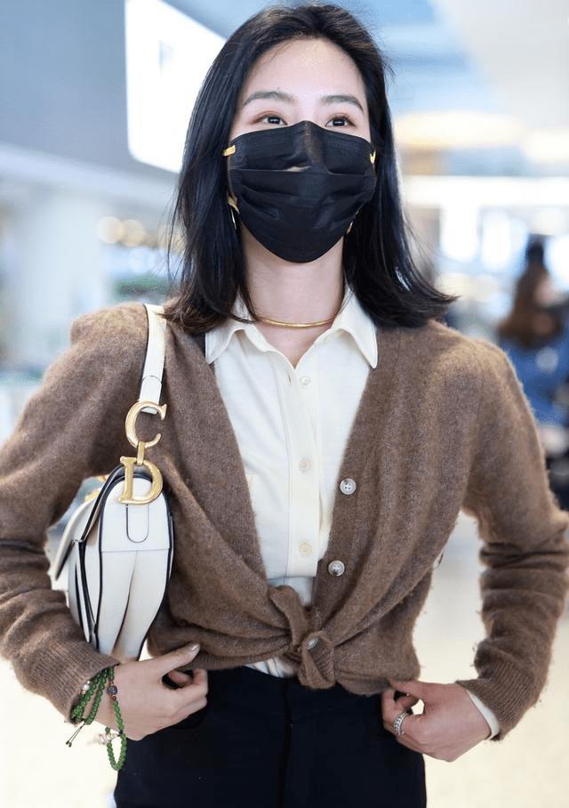 """被杨采钰气质折服,衬衫+针织衫也能穿出""""法式精髓"""",浪漫温柔"""