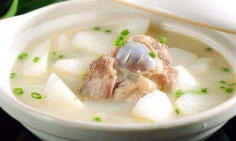 """熬骨汤,别把""""水""""用错了,不然骨头汤不好喝,不仅浑浊还有腥味"""