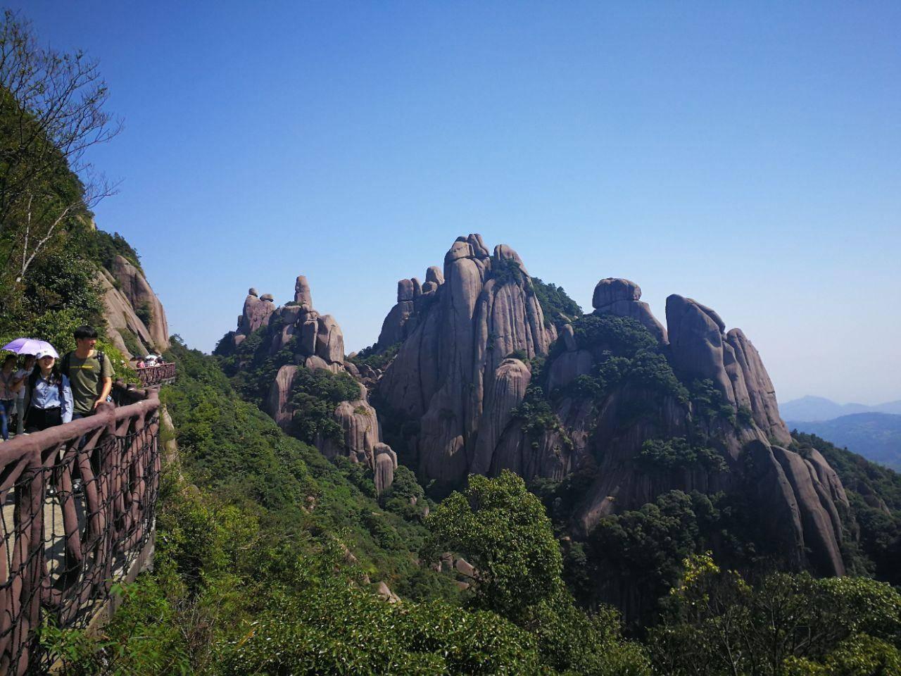 福建一座挺立于东海之滨,三面临海的山,是5A级景区
