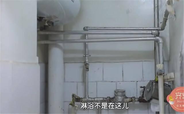 一家四口蜗居北京35㎡半地下房,终日无光,洗菜做饭全在卫生间?  第5张