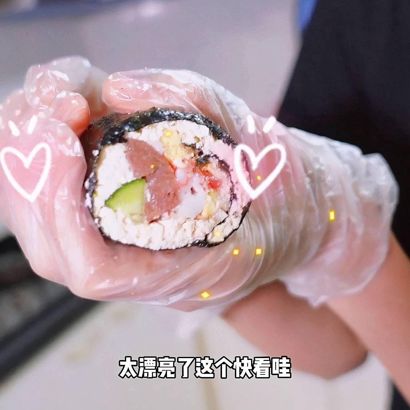 """关晓彤巧用低卡食材,做""""无米寿司""""火了,怕胖还嘴馋得不发愁了"""