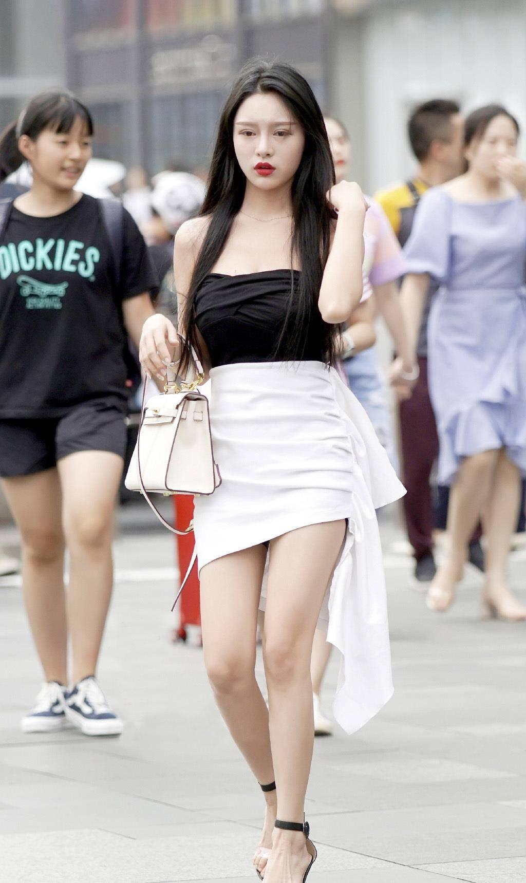 会穿搭的女生就是任性,选择款式洋气的短裙,轻松美出了时尚感