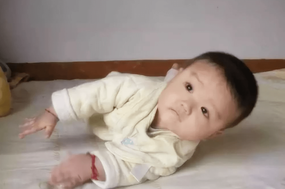 """宝宝睡醒后 """"第一件事""""应该做的是它!对促进宝宝发育好处多多-家庭网"""