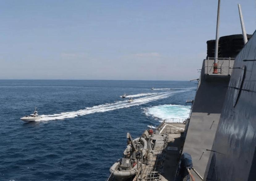 伊朗亮剑波斯湾,3艘战艇包抄美军舰,不惧开火毅然抵近