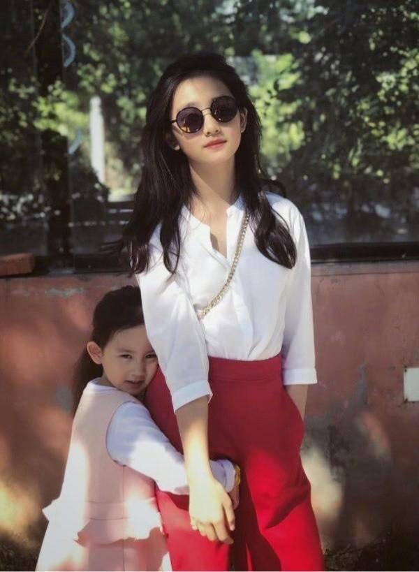 多多长大了!与孙莉戴墨镜合照难辨别,舍弃成熟风改穿白衣显清纯