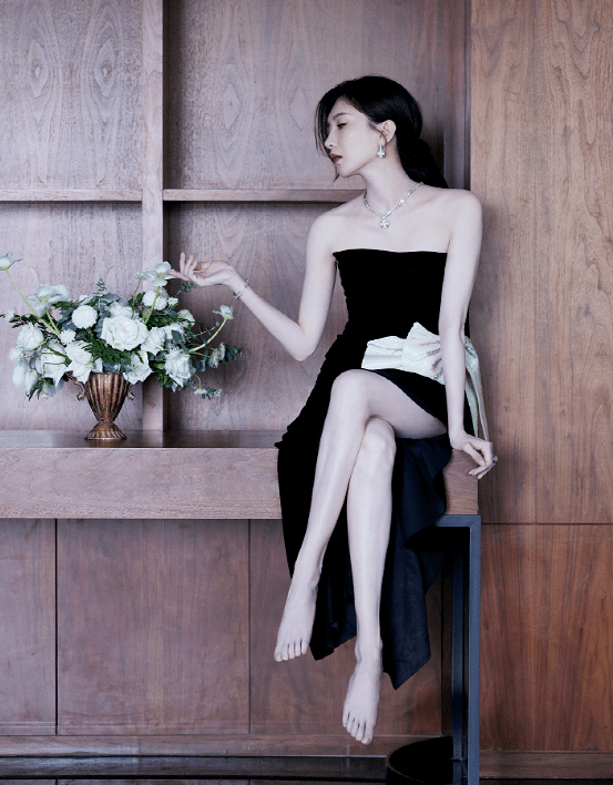 原创             江疏影最新活动造型绝了!奶油蝴蝶结高开衩连衣裙,彰显温柔性感