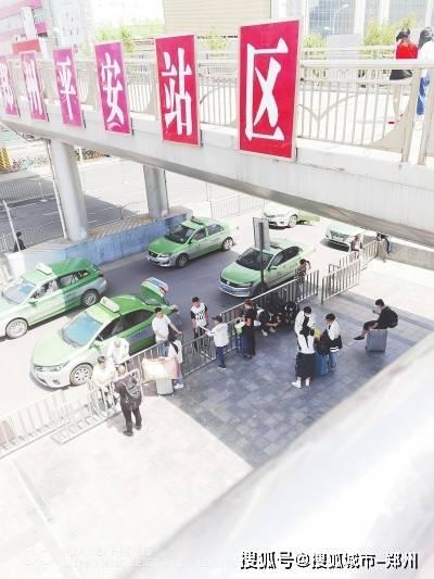 郑州火车站东广场又有违规出租车出没 刚被处罚又来违规?