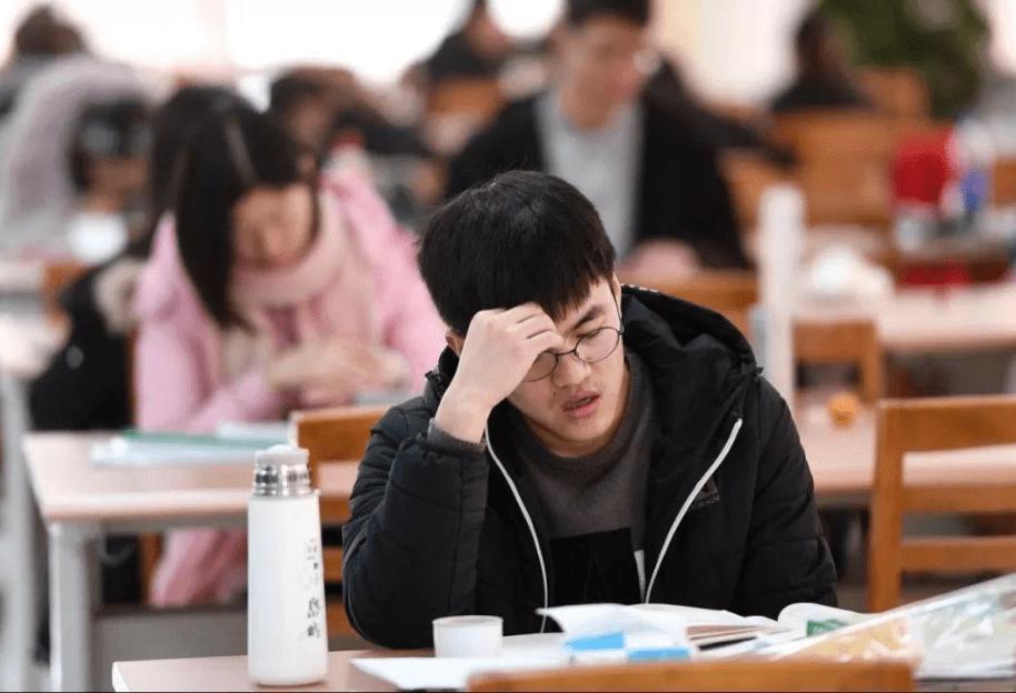 大学生举报同学逃课,致其失去保研资格,被孤立后反问:错在哪里