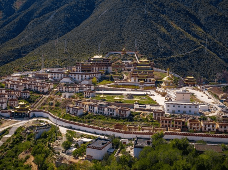 四川有座与西藏相接的县,人口仅有3万多,却坐拥50多家酒店