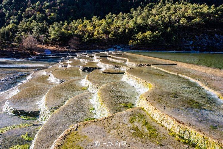 云南丽江有条会变色的河,颜色时蓝时白,现为热门景区