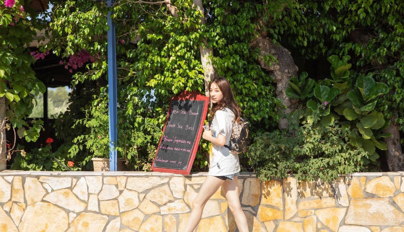 和迪丽热巴学夏季旅行穿搭,白色简约大衬衫配空气刘海也太甜了