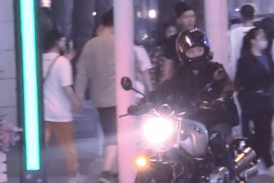 冯绍峰离婚后罕露面,骑高价摩托现身街头,装备专业身形消瘦
