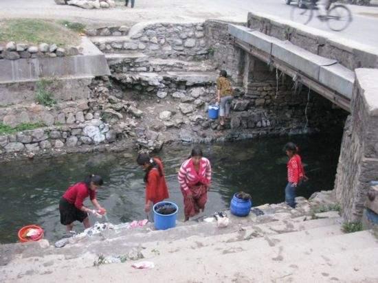 国内游客到尼泊尔旅游,走到湖边看到一场景:不害羞吗?