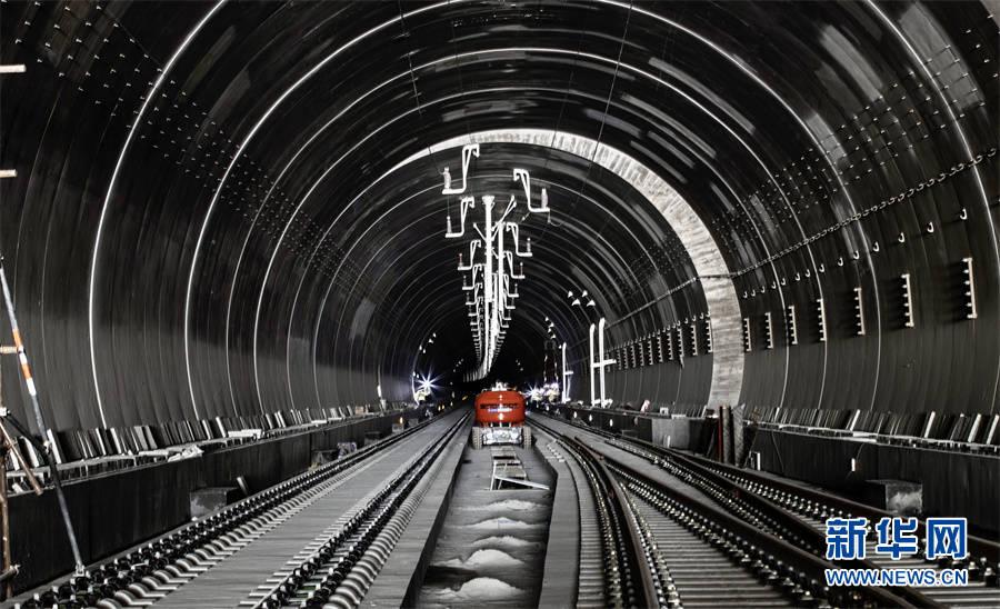 郑万高铁神农架站站房主体框架结构全面封顶