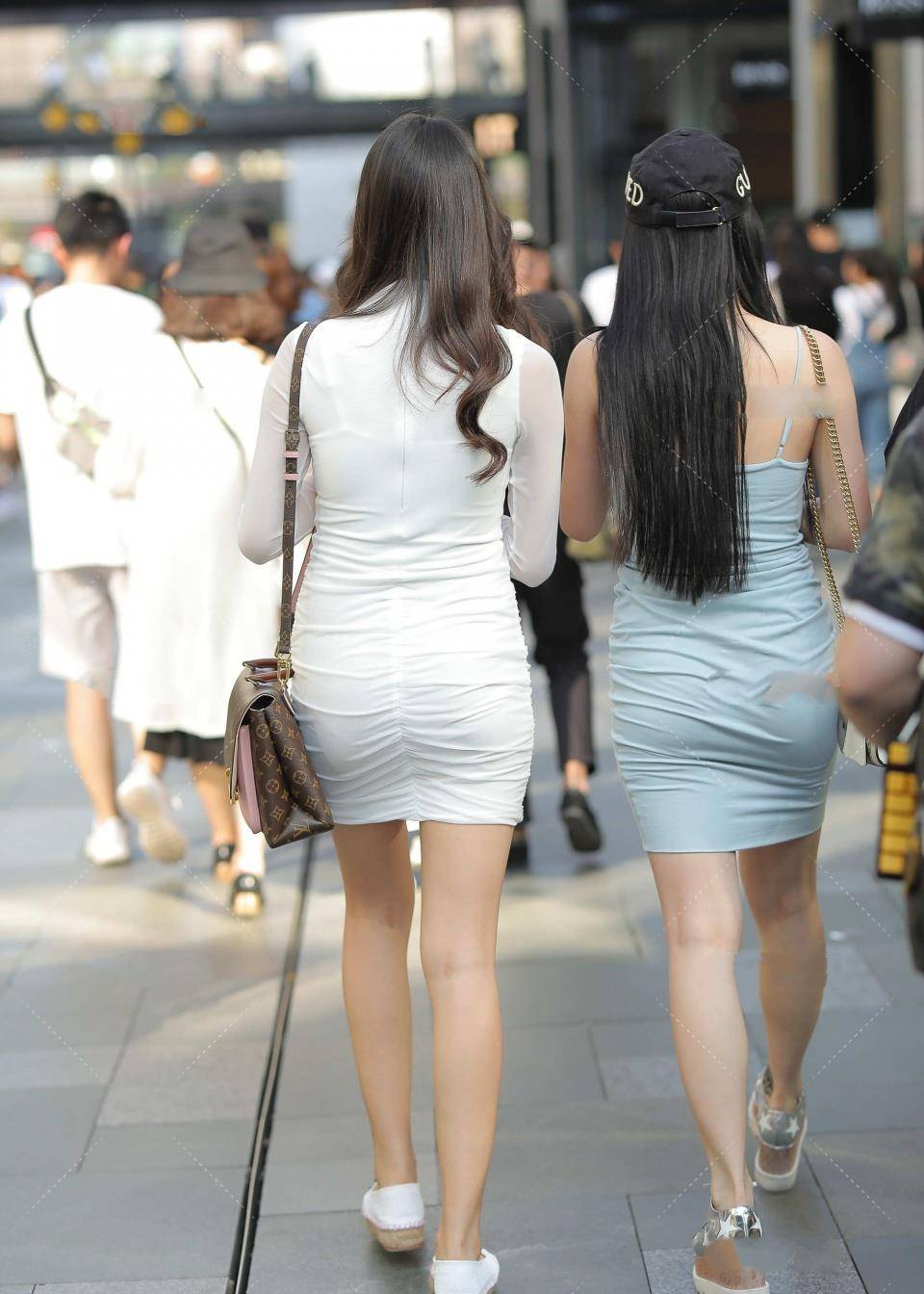 原创绿色吊带连衣裙的穿搭非常的亮眼,美女这双大白腿好看