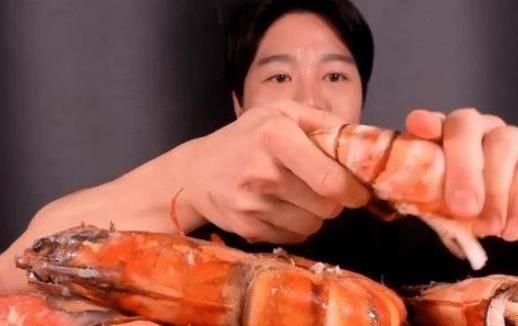 男子直播吃「比手臂還粗」的大蝦,剛咬1口露餡了,觀眾:你的手出賣了你