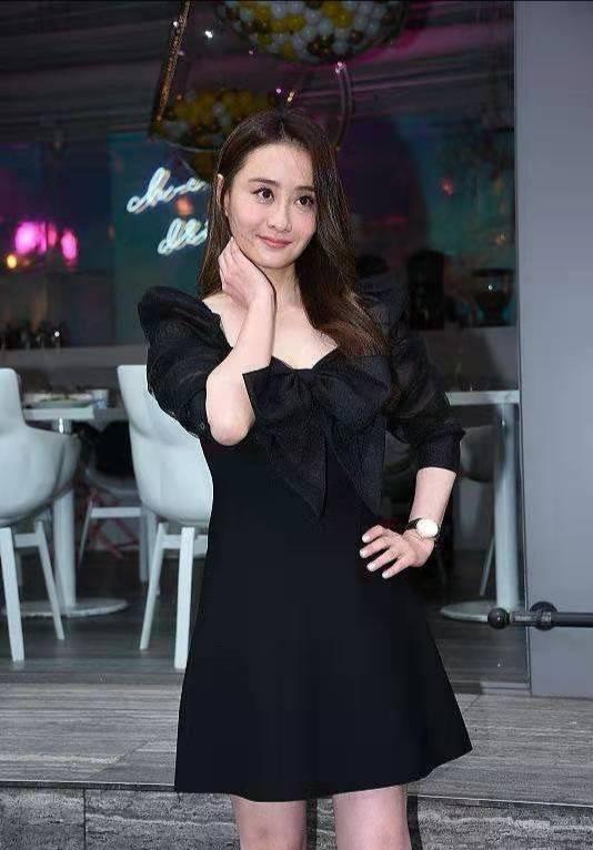 46歲陳德容轉型當製片,穿黑短裙燙大波浪改走御姐範,長腿吸睛?