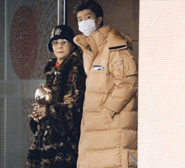 范冰冰和媽媽挑翡翠,暴瘦成錐子臉,媽媽打扮高貴肚子贅肉卻搶鏡!