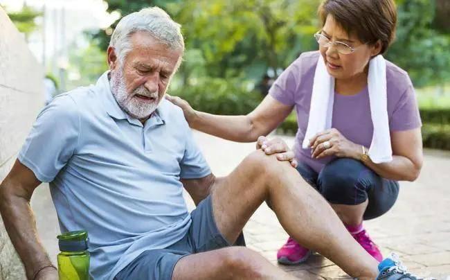 為何老年人「不經摔」,專家建議多補鈣!