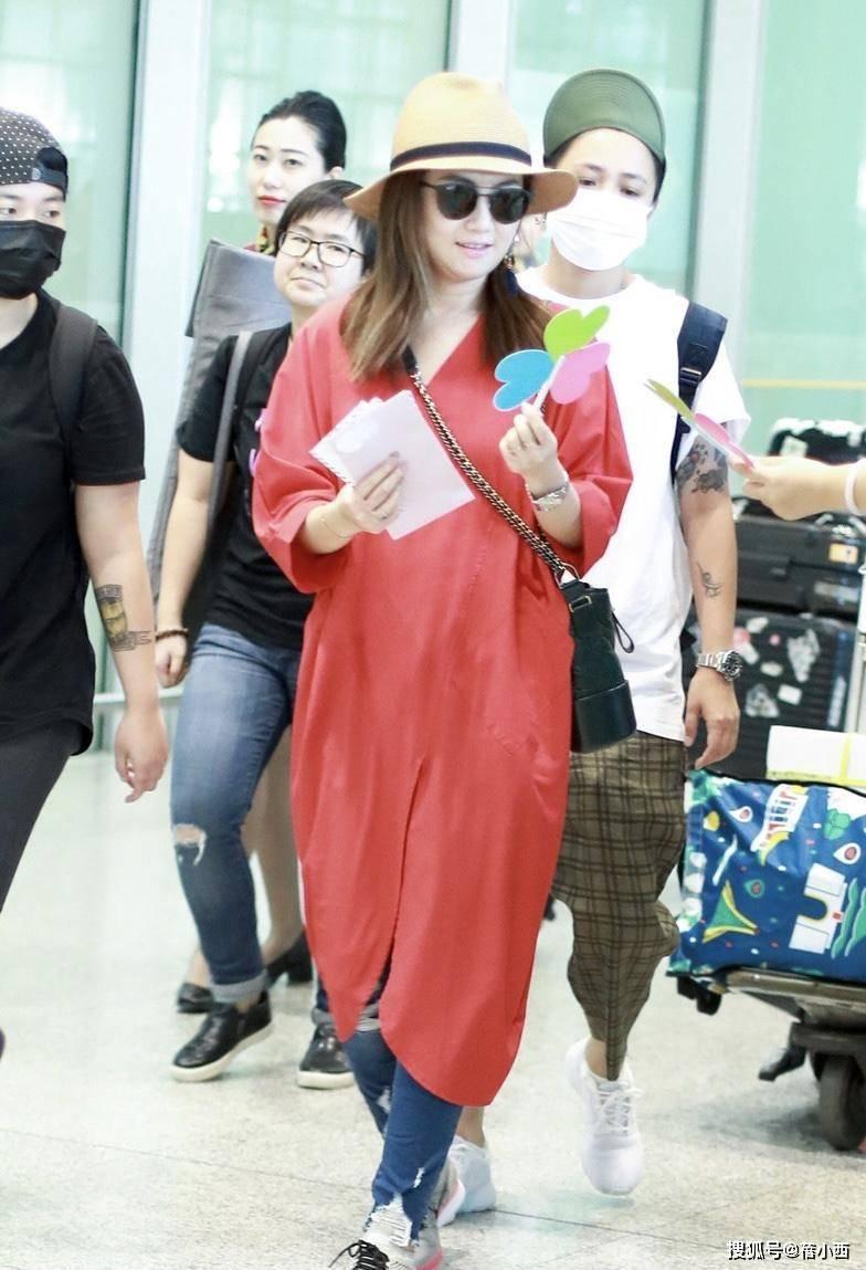 Selina任家萱的微胖身材才時髦,穿紅裙配牛仔褲,用帽子來提亮