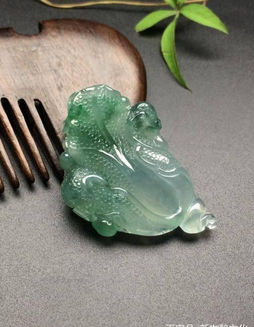 女子拿拇指大小的翡翠鉴宝,声称价值7400万,专家:顶级帝王绿