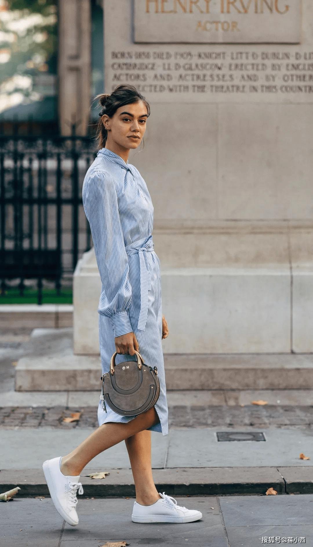 金晨复古风的蓝色+白色怎么穿更时髦?看完你就知道了插图13