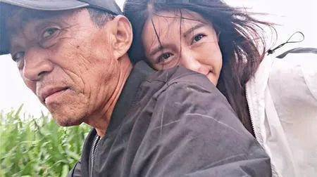 """""""拖拉机女孩""""为父回乡种地,走红全网:背后的故事令人泪目"""