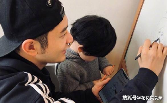 baby跟小海绵视频,节目组一时忘打马赛克,2岁儿子五官酷似黄晓明
