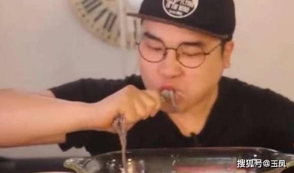 大胃王吃5斤活章魚,用筷子捲起來一口一個,網友:越來越會吃了