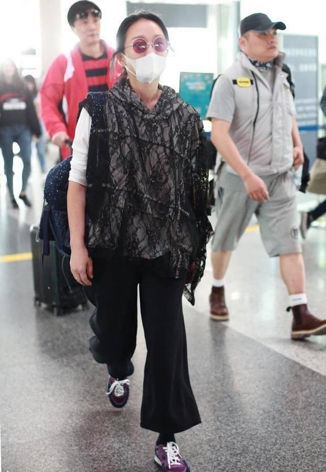 在机场偶遇周迅,脖子皱纹太焉瘪了,才46岁就有56岁老了!