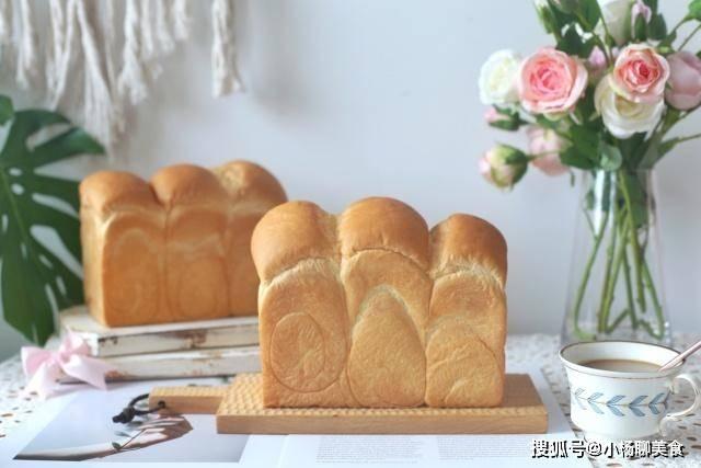 這個麵包鬆軟香甜能拉絲,自己做的營養又健康,出爐孩子吃了半個